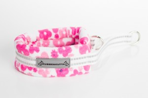 pieni pinkki kukka, puolikuristava pehmokarva, 5cm leveä, 2cm valkoinen nauha